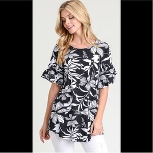 2 for $40❤️black and white tropical print top